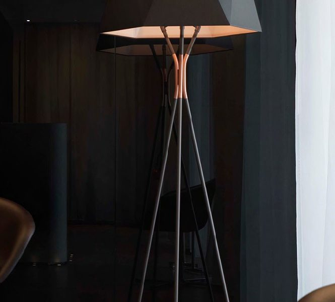 Floor lamp with metal base and shades in white or black fabric.  Floor lamp with metal base Floor lamp with metal base and shades in white or black fabric